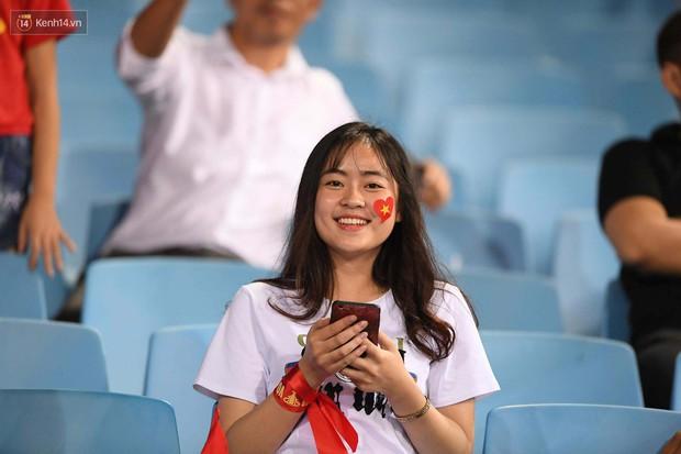 Loạt fan girl xinh xắn chiếm sóng tại Mỹ Đình trước trận bán kết Việt Nam - Philippines - Ảnh 5.