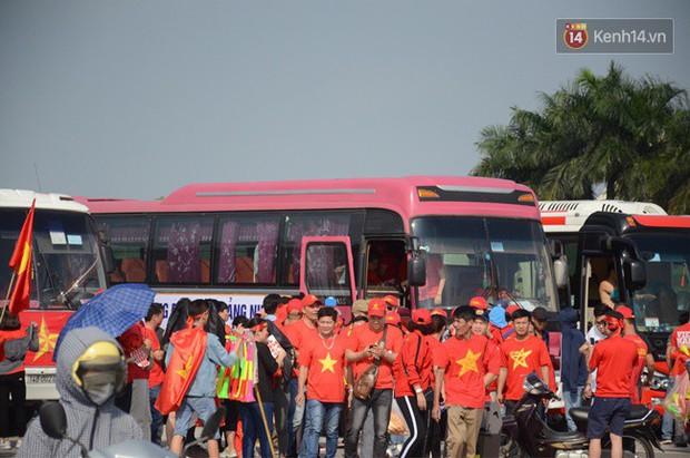Hàng vạn người hâm mộ đổ về SVĐ Mỹ Đình và trung tâm thành phố để tiếp lửa cho đội tuyển Việt Nam trước trận bán kết lượt về - Ảnh 1.