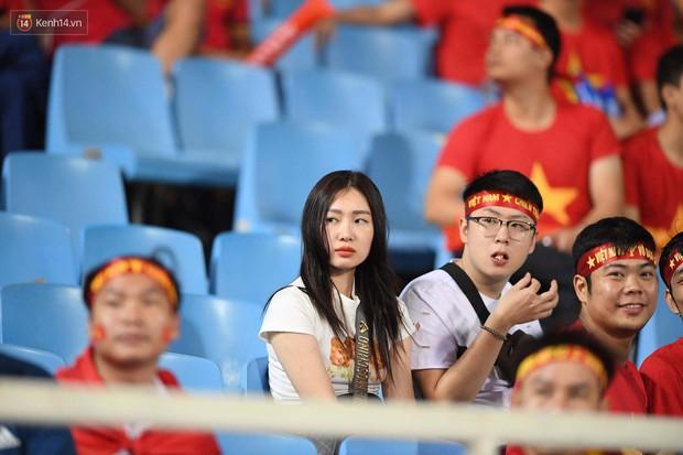 Loạt fan girl xinh xắn chiếm sóng tại Mỹ Đình trước trận bán kết Việt Nam - Philippines - Ảnh 14.