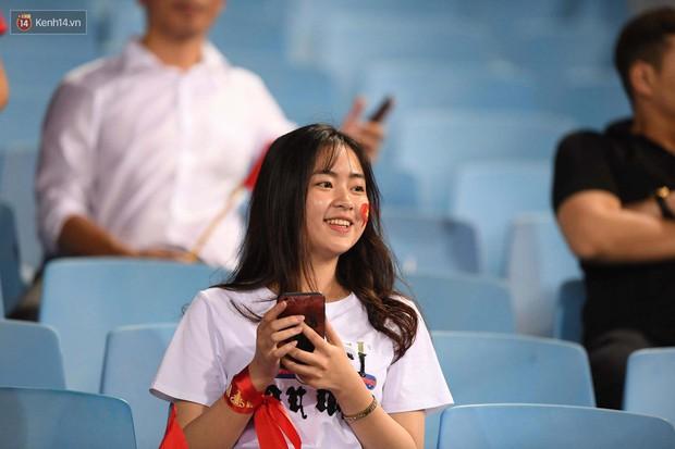 Loạt fan girl xinh xắn chiếm sóng tại Mỹ Đình trước trận bán kết Việt Nam - Philippines - Ảnh 15.