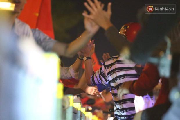 Sài Gòn gần gũi và đáng yêu sau trận thắng của đội tuyển Việt Nam: Chỉ chạm tay thôi cũng thấy vui rồi! - Ảnh 5.