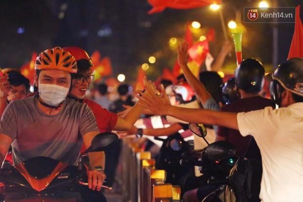 Sài Gòn gần gũi và đáng yêu sau trận thắng của đội tuyển Việt Nam: Chỉ chạm tay thôi cũng thấy vui rồi! - Ảnh 8.