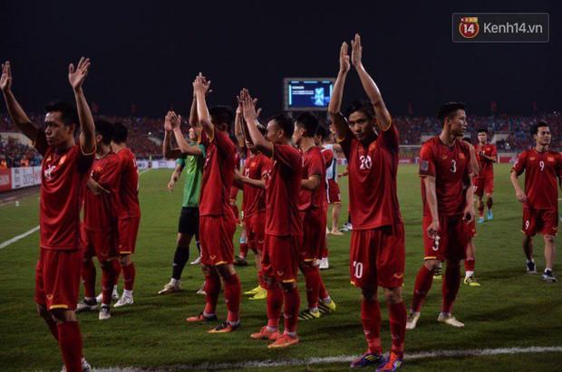Clip: Khoảnh khắc tuyển Việt Nam ăn mừng kiểu Viking đầy xúc động sau chiến thắng ở trận bán kết lượt về - Ảnh 4.