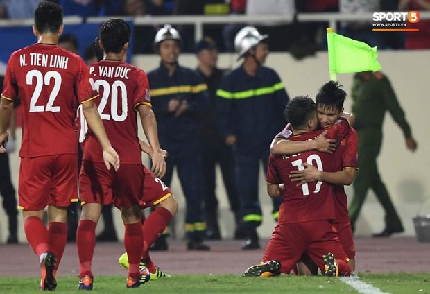 Quang Hải ghi bàn thắng giống hệt tiền bối cùng tên cách đây 10 năm, thêm một dấu hiệu Việt Nam vô địch xuất hiện - Ảnh 4.