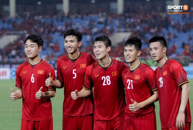 """Lương Xuân Trường chăm sóc """"em út"""" Đoàn Văn Hậu - Ảnh 10."""