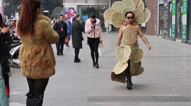 Ông chú nông dân đeo toàn đồ ve chai linh tinh lên người rồi tự tin biểu diễn thời trang trên phố - Ảnh 2.