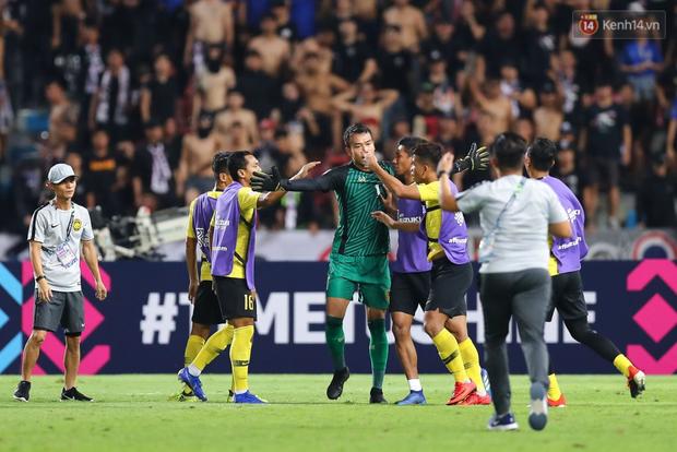 Dàn sao Malaysia giỡn cực nhây trong phòng thay đồ để mỉa mai phát ngôn thiếu tôn trọng của thủ môn Thái Lan - Ảnh 2.