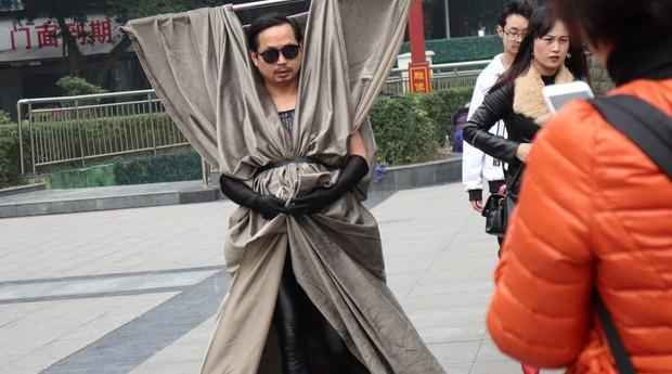 Ông chú nông dân đeo toàn đồ ve chai linh tinh lên người rồi tự tin biểu diễn thời trang trên phố - Ảnh 3.
