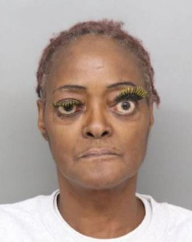 Vừa bị bắt vì tội hành hung, nữ phạm nhân đã gây bão MXH Mỹ vì đôi mắt kỳ quặc hiếm có - Ảnh 1.