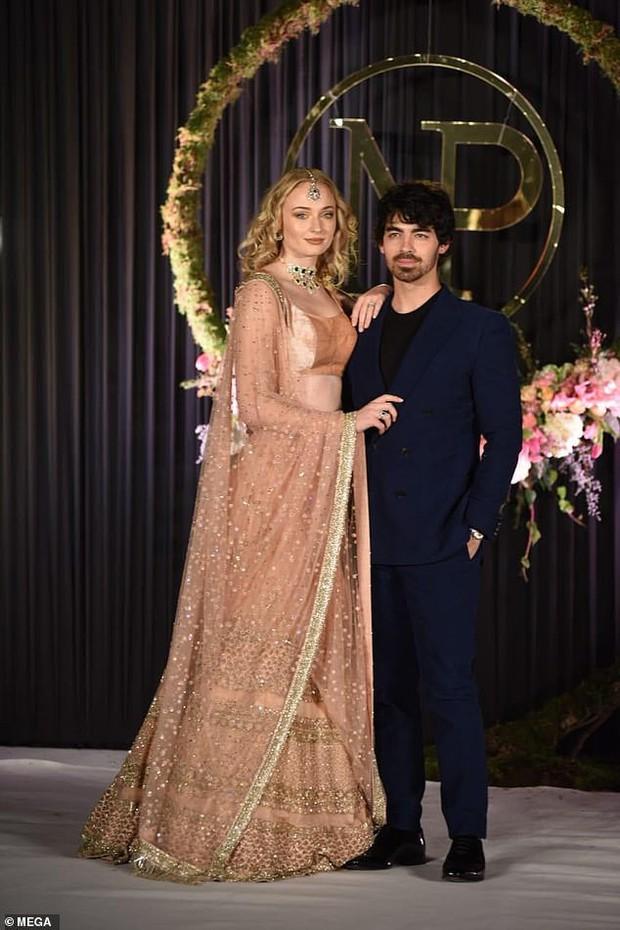 Dân tình bức xúc chỉ trích bài báo tố Hoa hậu Thế giới lừa Nick Jonas cưới cô để nổi tiếng hơn - Ảnh 1.