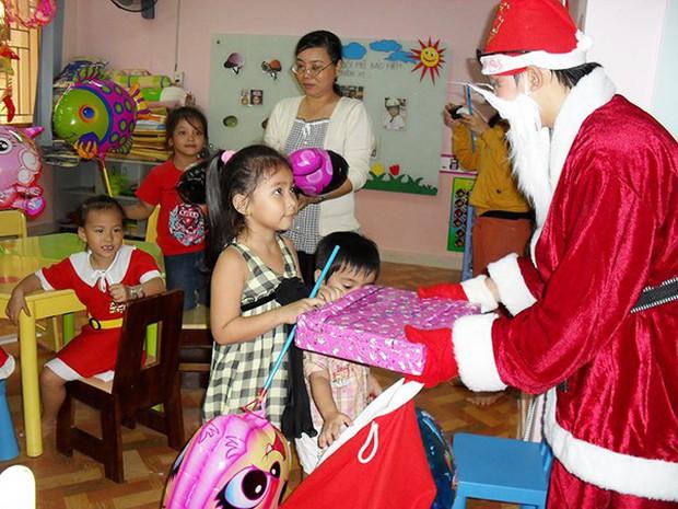 Một Phòng GD ở Sài Gòn ra văn bản cấm ông già Noel vào trường tặng quà cho học sinh - Ảnh 2.