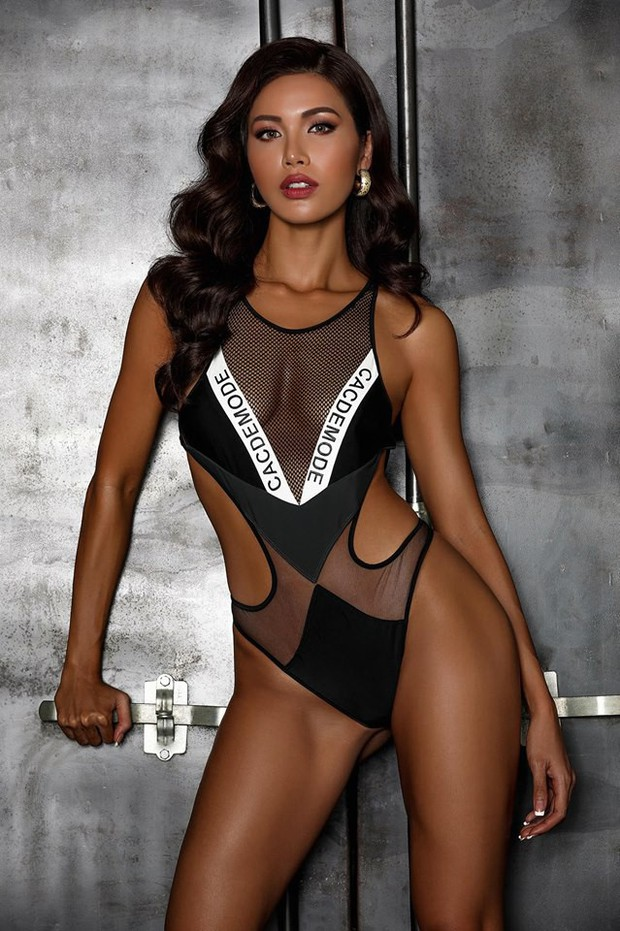 Pha đụng hàng bỏng mắt nhất Vbiz: Minh Tú và HHen Niê đọ body cực phẩm với cùng một thiết kế bikini táo bạo - Ảnh 2.