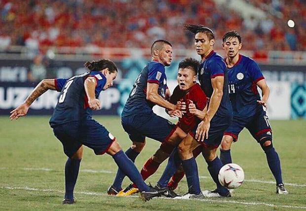 Sau Công Phượng, lại đến hình ảnh Quang Hải kẹp giữa 4 cầu thủ đội bạn lên bàn chế meme của cộng đồng mạng! - Ảnh 1.