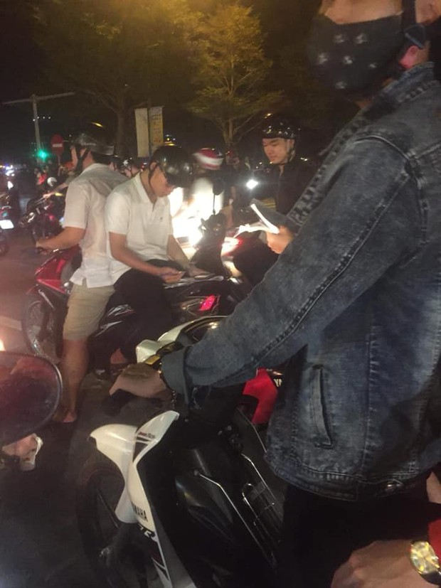 Màn ăn mừng gắt nhất đêm: Mai có tiết kiểm tra, các thanh niên vừa đi bão vừa học bài vừa hô vang Việt Nam vô địch - Ảnh 1.