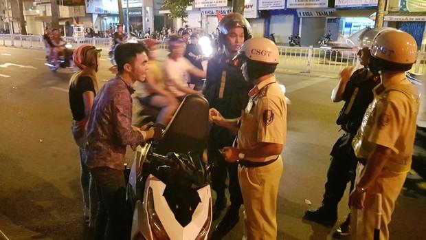 CSGT TP.HCM xử phạt gần 80 trường hợp đi bão sau trận thắng của đội tuyển Việt Nam - Ảnh 1.