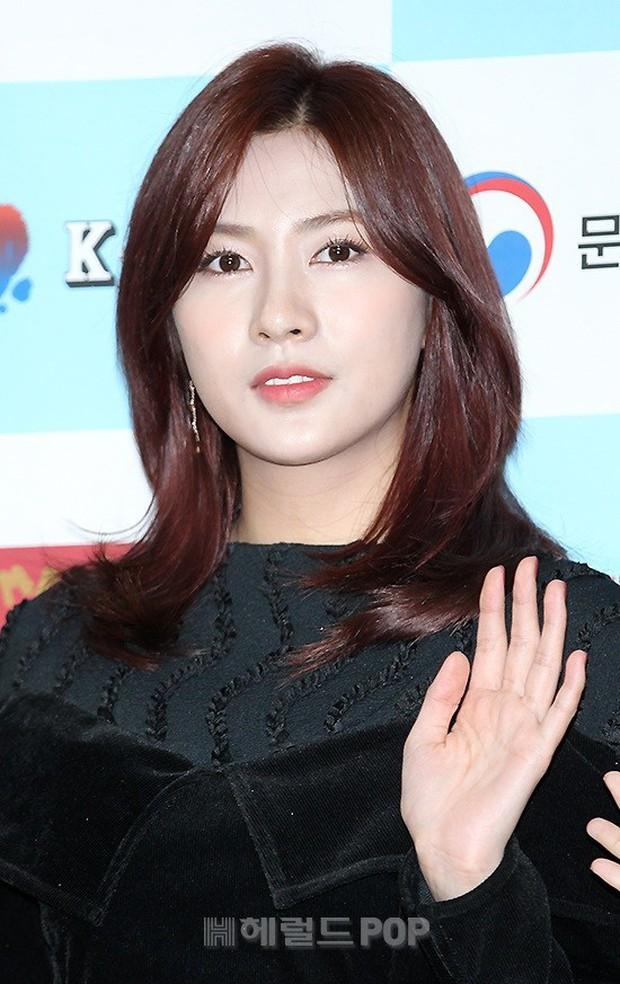 Thảm đỏ gây sốc: 2 thảm họa thẩm mỹ Kpop lộ mặt cứng đơ, Park Hae Jin đọ chân siêu dài bên nam thần mới nổi - Ảnh 8.
