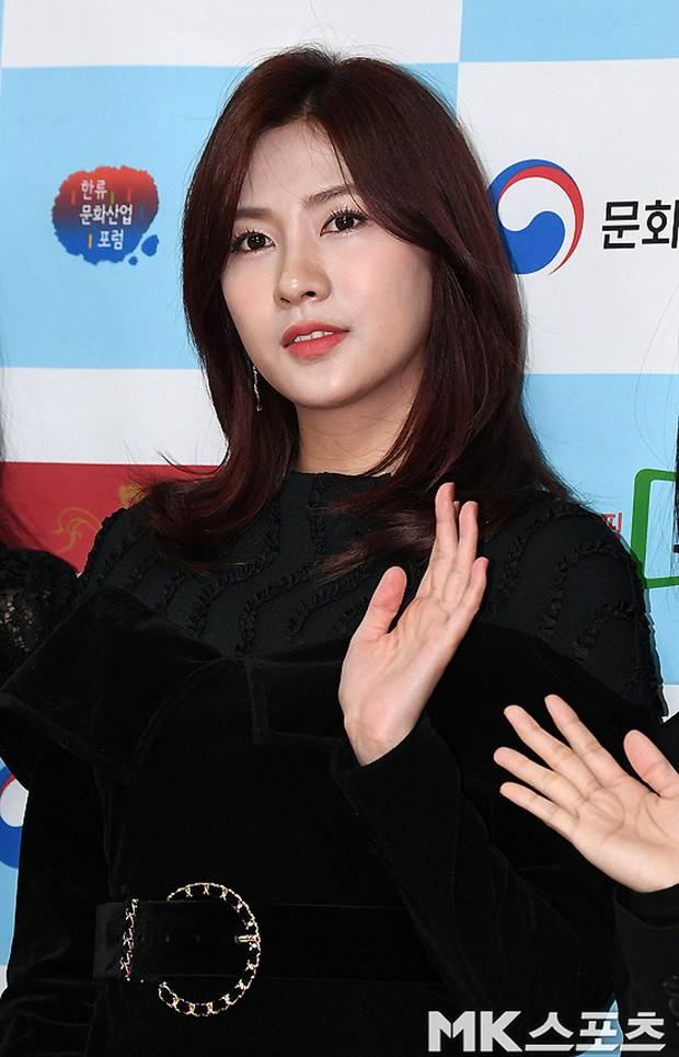 Thảm đỏ gây sốc: 2 thảm họa thẩm mỹ Kpop lộ mặt cứng đơ, Park Hae Jin đọ chân siêu dài bên nam thần mới nổi - Ảnh 9.