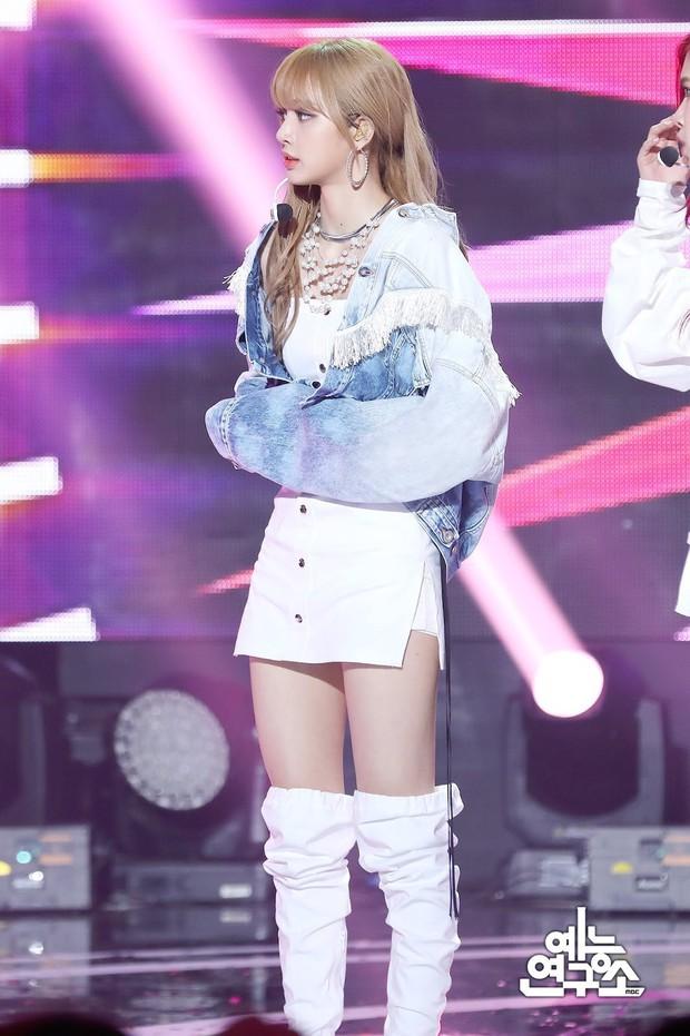 Chắc để đỡ mang tiếng thiên vị, stylist cho cả 4 thành viên Black Pink mặc đồ cũ từ 3 show trước đi biểu diễn - Ảnh 4.