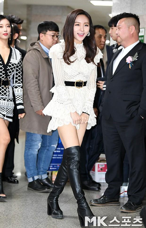 Thảm đỏ gây sốc: 2 thảm họa thẩm mỹ Kpop lộ mặt cứng đơ, Park Hae Jin đọ chân siêu dài bên nam thần mới nổi - Ảnh 20.