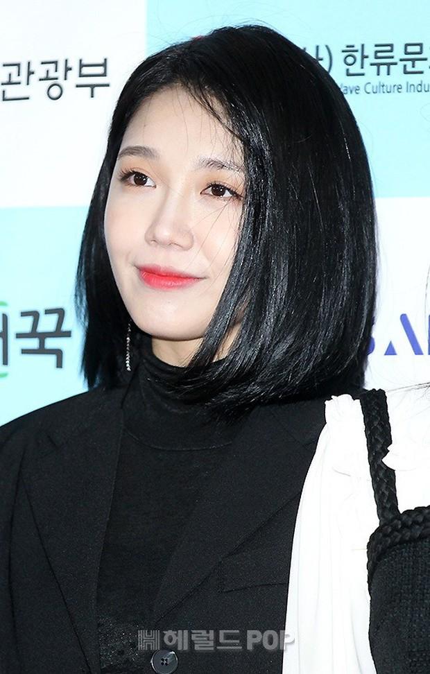 Thảm đỏ gây sốc: 2 thảm họa thẩm mỹ Kpop lộ mặt cứng đơ, Park Hae Jin đọ chân siêu dài bên nam thần mới nổi - Ảnh 11.