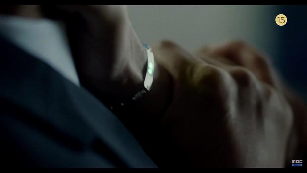 Thái tử Joo Ji Hoon bị siết cổ trong teaser phim mới Item - Ảnh 7.