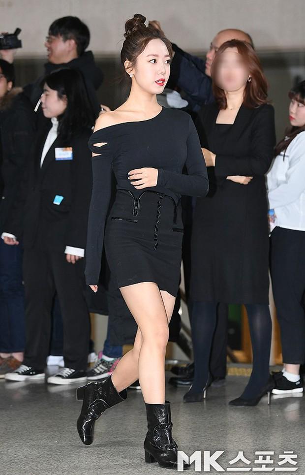 Thảm đỏ gây sốc: 2 thảm họa thẩm mỹ Kpop lộ mặt cứng đơ, Park Hae Jin đọ chân siêu dài bên nam thần mới nổi - Ảnh 6.