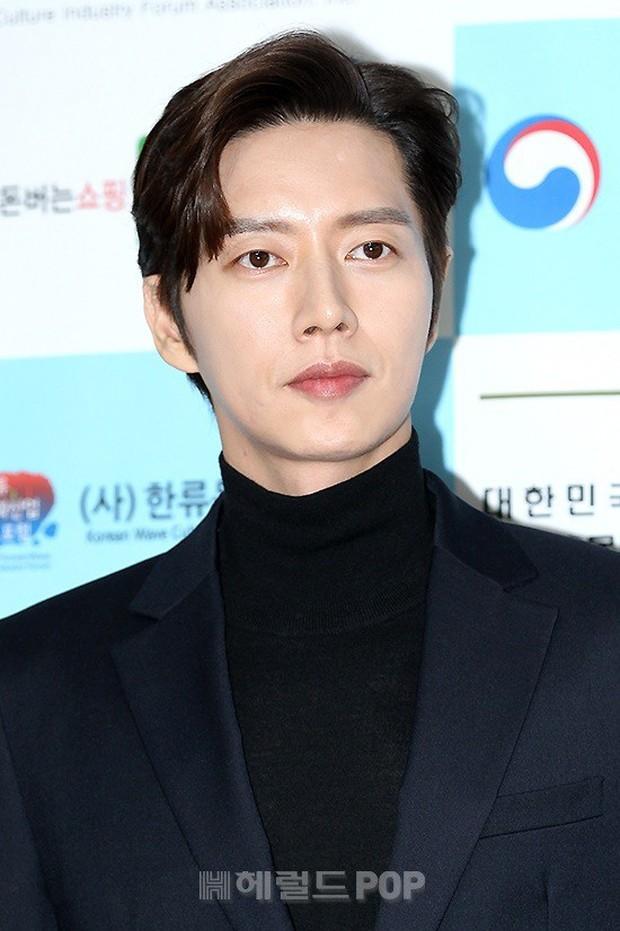 Thảm đỏ gây sốc: 2 thảm họa thẩm mỹ Kpop lộ mặt cứng đơ, Park Hae Jin đọ chân siêu dài bên nam thần mới nổi - Ảnh 16.