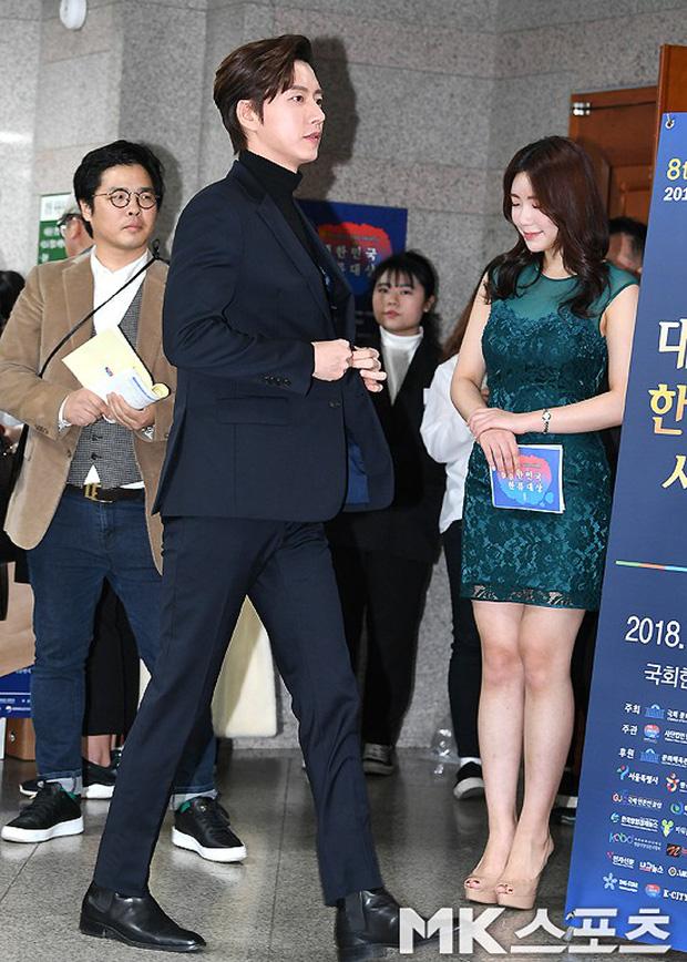 Thảm đỏ gây sốc: 2 thảm họa thẩm mỹ Kpop lộ mặt cứng đơ, Park Hae Jin đọ chân siêu dài bên nam thần mới nổi - Ảnh 14.