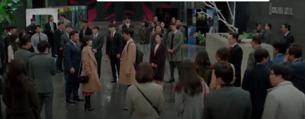Phân cảnh lãng mạn nhất Encounter tuần này: Park Bo Gum giải cứu chị crush Song Hye Kyo bằng... mì ly ở cửa hàng tiện lợi - Ảnh 7.