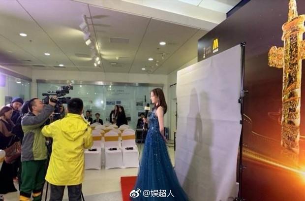8 khoảnh khắc hot tại Hoa Biểu: Luhan lặng lẽ ngắm nhìn người yêu, Đặng Siêu lôi kéo cả dàn sao khủng chụp selfie - Ảnh 1.