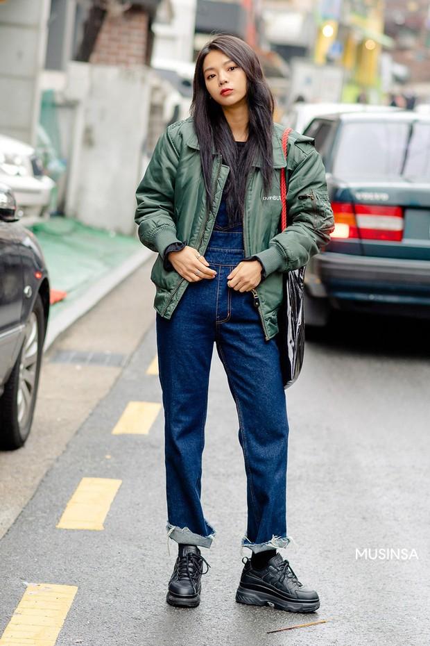 Street style giới trẻ Hàn mang đến cả kho bí kíp mặc nhồi mà vẫn trendy hết nấc cho ngày mưa rét, hay nhất là loạt công thức với áo phao - Ảnh 1.