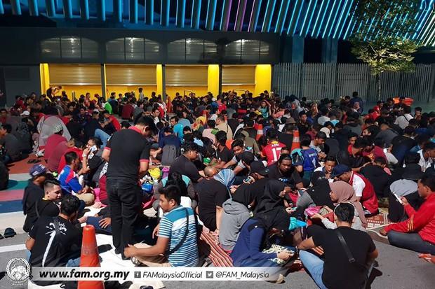 Chung kết lượt đi AFF Cup 2018: Ngay lúc này, hàng nghìn fan Malaysia vạ vật xếp hàng xuyên đêm chờ mua vé, không khác gì CĐV Việt Nam trước khi vé bán online - Ảnh 2.