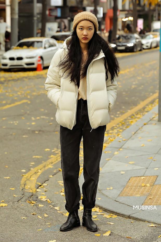 Street style giới trẻ Hàn mang đến cả kho bí kíp mặc nhồi mà vẫn trendy hết nấc cho ngày mưa rét, hay nhất là loạt công thức với áo phao - Ảnh 6.