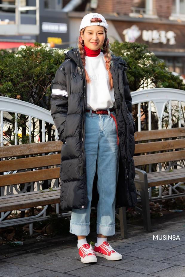 Street style giới trẻ Hàn mang đến cả kho bí kíp mặc nhồi mà vẫn trendy hết nấc cho ngày mưa rét, hay nhất là loạt công thức với áo phao - Ảnh 3.