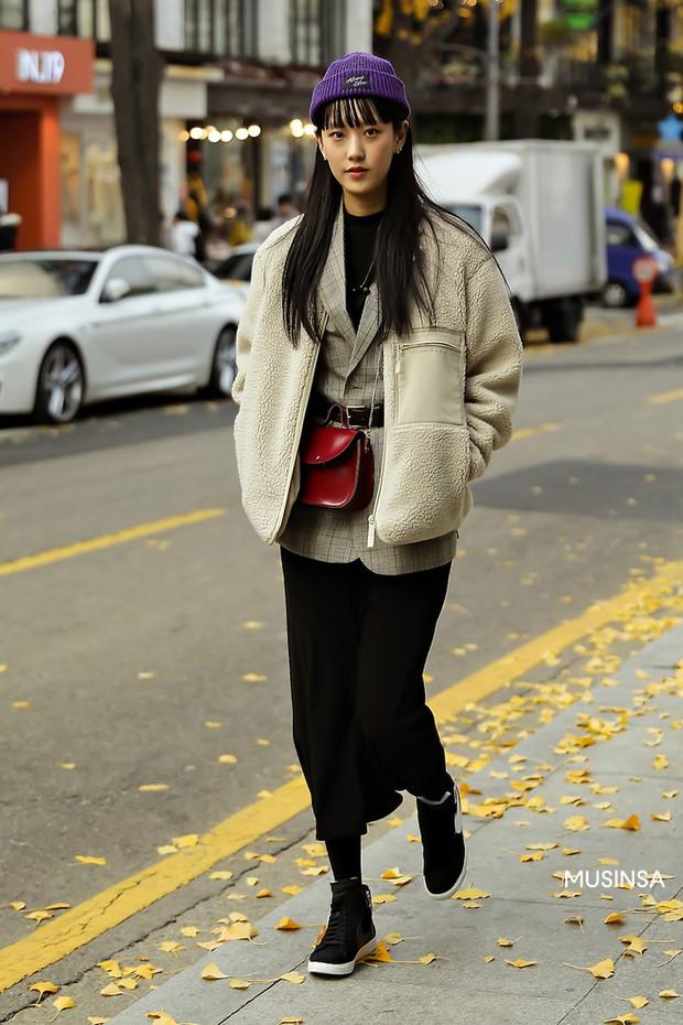 Street style giới trẻ Hàn mang đến cả kho bí kíp mặc nhồi mà vẫn trendy hết nấc cho ngày mưa rét, hay nhất là loạt công thức với áo phao - Ảnh 7.