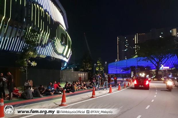 Chung kết lượt đi AFF Cup 2018: Ngay lúc này, hàng nghìn fan Malaysia vạ vật xếp hàng xuyên đêm chờ mua vé, không khác gì CĐV Việt Nam trước khi vé bán online - Ảnh 5.