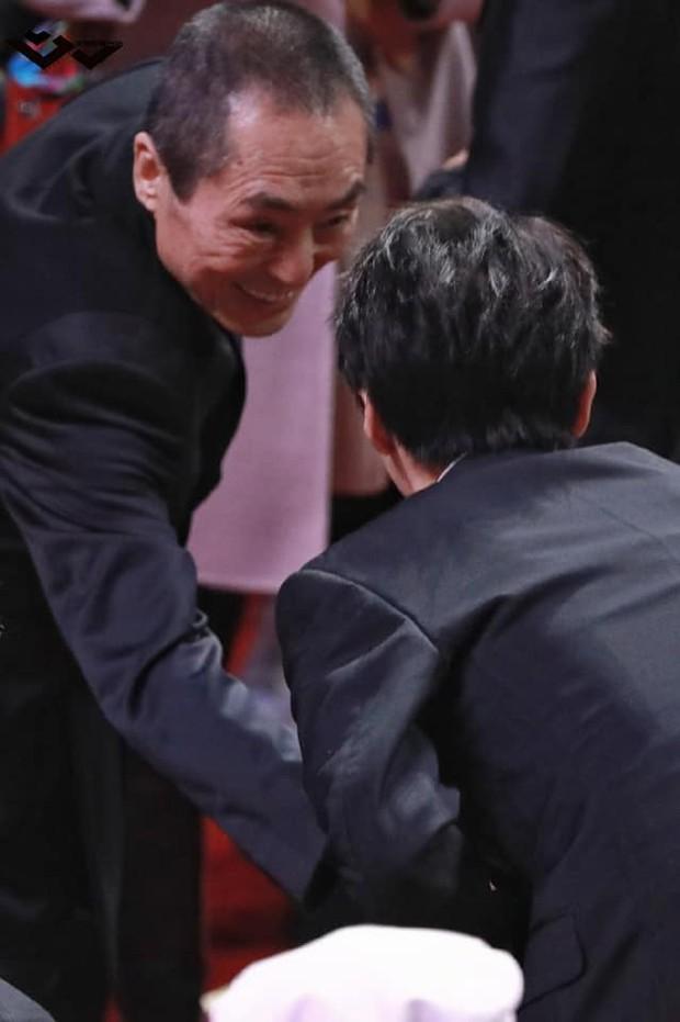 8 khoảnh khắc hot tại Hoa Biểu: Luhan lặng lẽ ngắm nhìn người yêu, Đặng Siêu lôi kéo cả dàn sao khủng chụp selfie - Ảnh 8.