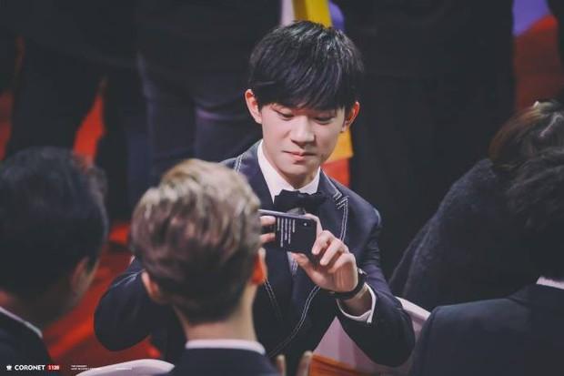 8 khoảnh khắc hot tại Hoa Biểu: Luhan lặng lẽ ngắm nhìn người yêu, Đặng Siêu lôi kéo cả dàn sao khủng chụp selfie - Ảnh 10.