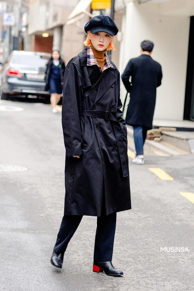 Street style giới trẻ Hàn mang đến cả kho bí kíp mặc nhồi mà vẫn trendy hết nấc cho ngày mưa rét, hay nhất là loạt công thức với áo phao - Ảnh 8.