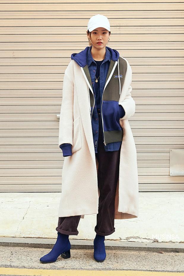 Street style giới trẻ Hàn mang đến cả kho bí kíp mặc nhồi mà vẫn trendy hết nấc cho ngày mưa rét, hay nhất là loạt công thức với áo phao - Ảnh 9.