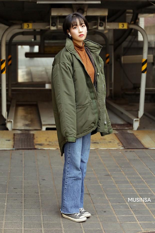 Street style giới trẻ Hàn mang đến cả kho bí kíp mặc nhồi mà vẫn trendy hết nấc cho ngày mưa rét, hay nhất là loạt công thức với áo phao - Ảnh 4.
