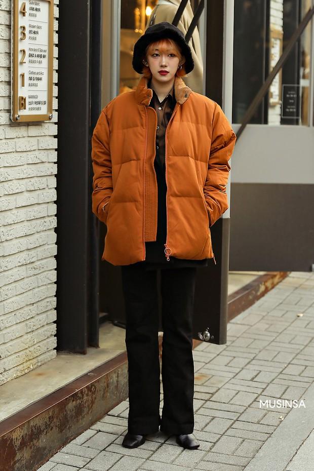 Street style giới trẻ Hàn mang đến cả kho bí kíp mặc nhồi mà vẫn trendy hết nấc cho ngày mưa rét, hay nhất là loạt công thức với áo phao - Ảnh 5.