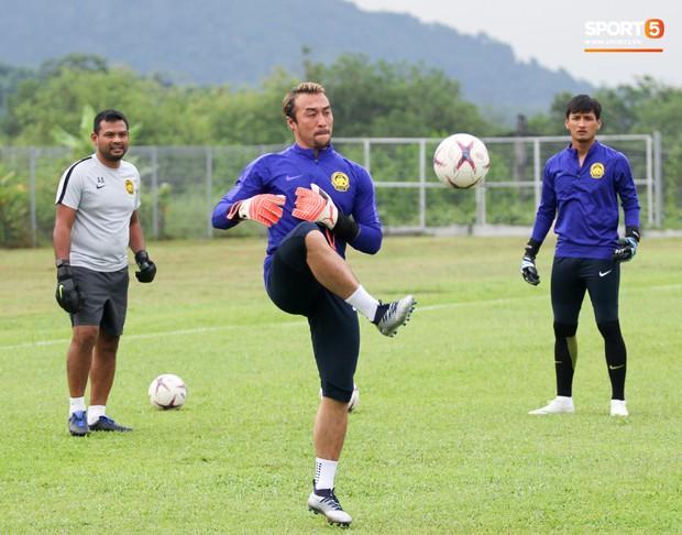 Tuyển Malaysia cho thủ môn tập bài lạ với bóng… 5 kg - Ảnh 9.