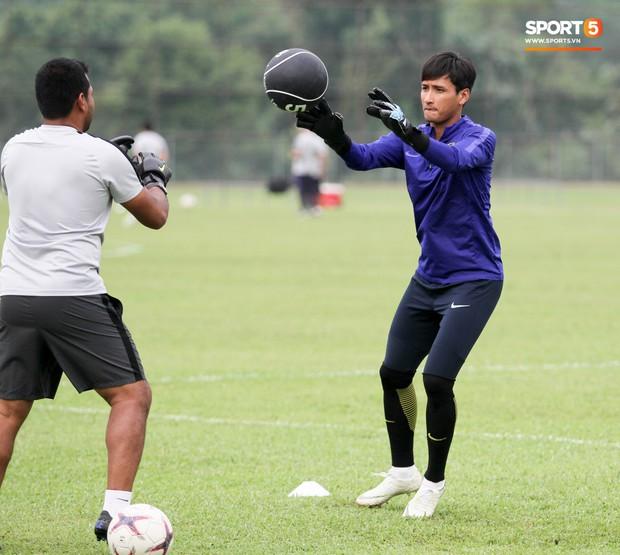 Tuyển Malaysia cho thủ môn tập bài lạ với bóng… 5 kg - Ảnh 4.