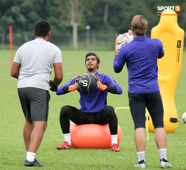 Tuyển Malaysia cho thủ môn tập bài lạ với bóng… 5 kg - Ảnh 5.