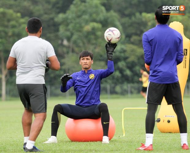 Tuyển Malaysia cho thủ môn tập bài lạ với bóng… 5 kg - Ảnh 6.