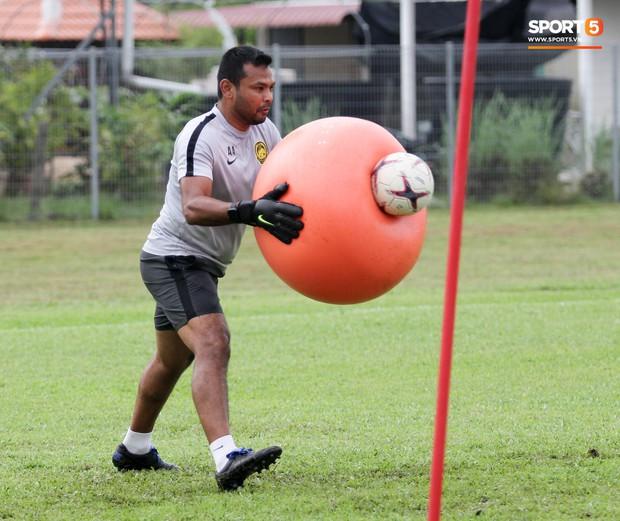 Tuyển Malaysia cho thủ môn tập bài lạ với bóng… 5 kg - Ảnh 7.