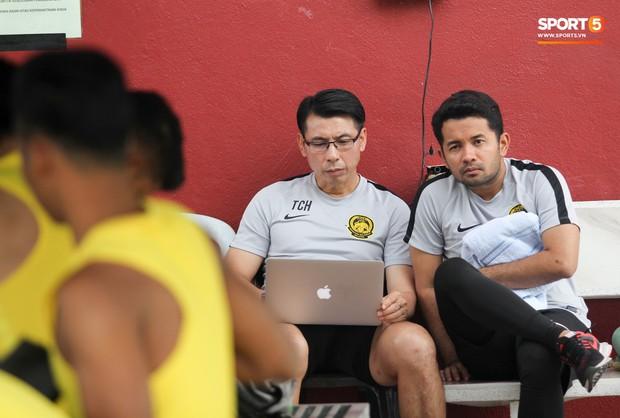 Tuyển Malaysia cho thủ môn tập bài lạ với bóng… 5 kg - Ảnh 13.