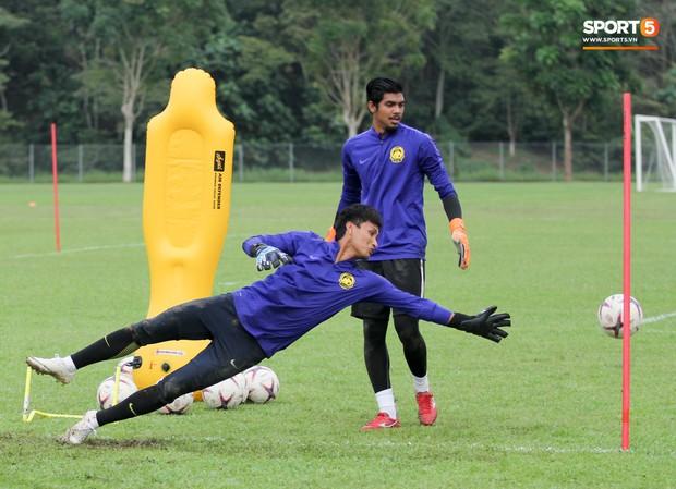 Tuyển Malaysia cho thủ môn tập bài lạ với bóng… 5 kg - Ảnh 8.