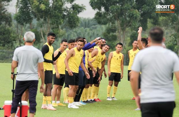 Tuyển Malaysia cho thủ môn tập bài lạ với bóng… 5 kg - Ảnh 2.